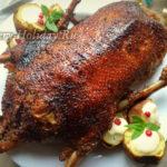 Фаршированная утка с яблоками и квашеной капустой в духовке – рецепт