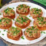 Гренки с килькой в томате и солёными огурцами