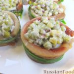Роллы из филе селёдки с яйцами и салатом из маринованных огурцов и горошка