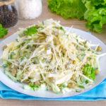 Салат с капустой, горошком, огурцом и яйцами - рецепт
