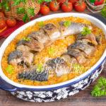 Скумбрия с рисом и овощами в духовке - рецепт