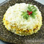 Слоёный салат с печенью трески, картофелем и кукурузой