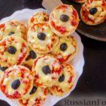 Мини-пиццы с курицей, сыром и маслинами (на сковороде)