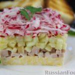 Слоёный салат с копчёной курицей, редисом, яблоками, огурцом и сыром