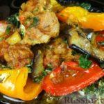 Свинина с овощами и зеленью, на сковороде