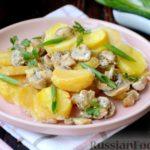 Картошка, запечённая с грибами, в сметанном соусе (в горшочках)