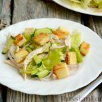 Салат с курицей, огурцами, сыром и сухариками