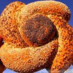 Домашний хлеб-цветочек с овсяными хлопьями, ржаной мукой и семенами