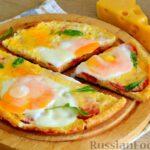 Ленивая пицца на сковороде, с помидорами, сыром и яичницей
