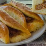 Открытые пирожки с пикантной начинкой из мясного фарша с овощами