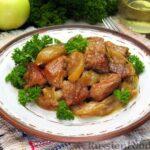 Свинина, запечённая с яблоками и имбирём