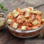 Салат из моркови с колбасой, грецкими орехами и сухариками