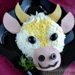 Слоёный салат с курицей, картофелем, сыром и консервированным зелёным горошком