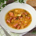 Гороховый суп с обжаренной свининой и копчёными ребрышками