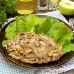 Говяжья печень, тушенная в яблочно-сметанном соусе