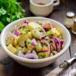 Картофельный салат с маринованными огурцами, луком и горчичной заправкой