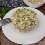 Салат с консервированной рыбой, рисом, яйцами и луком