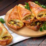 Открытые слоёные пирожки с грибами, картошкой и сыром