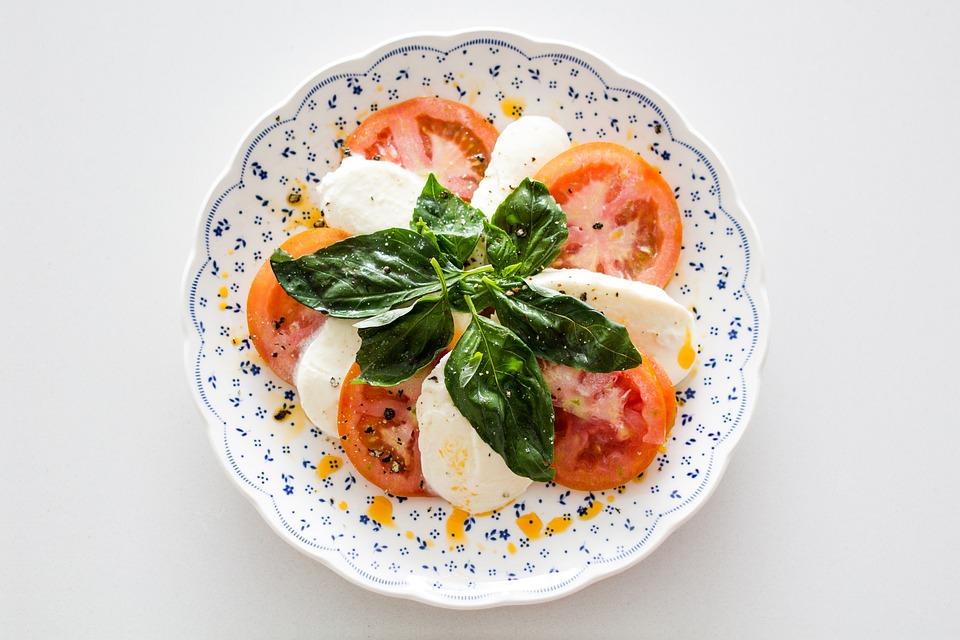 Капрезе – классический рецепт салата с моцареллой и помидорами