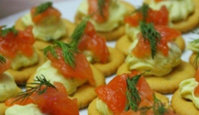 Простые канапе с семгой и крекером на праздничный стол – рецепт с фото