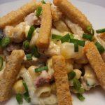Вкусный салат с сухариками и копченой колбасой – пошаговый фото рецепт