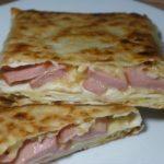 Простые пирожки из лаваша с сыром и колбасой на сковороде – рецепт