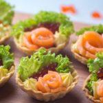 Легкая закуска с икрой и красной рыбой в тарталетках – рецепт с видео
