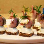 Канапе с селедкой и перепелиным яйцом на шпажках – рецепт с видео