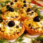 Легкая закуска с сыром и маслинами в тарталетках – рецепт с видео