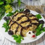 Слоеный салат Черепаха с грецкими орехами и черносливом — рецепт