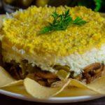 Слоеный салат Ромашка с чипсами и куриной грудкой — рецепт
